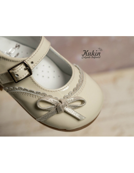 zapatos-niña-charol-beige