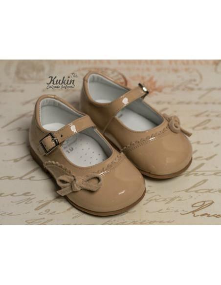 zapatos-niña-charol-camel